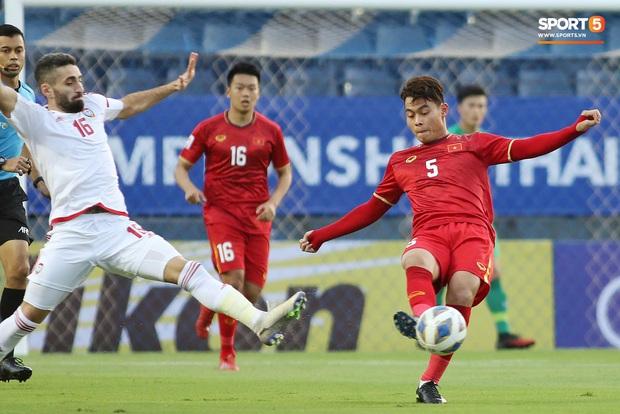 Tuyển thủ U23 Việt Nam hành động thiếu kiềm chế với trọng tài chính ở VCK U23 châu Á 2020 - Ảnh 1.