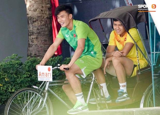 """Bùi Tiến Dũng đạp """"xích lô"""", cười thả ga cùng đàn em sau màn trở lại ấn tượng ở U23 Việt Nam - Ảnh 2."""