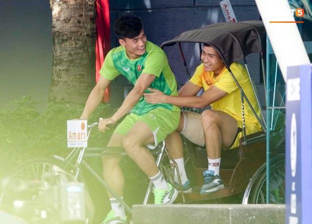 """Bùi Tiến Dũng đạp """"xích lô"""", cười thả ga cùng đàn em sau màn trở lại ấn tượng ở U23 Việt Nam - Ảnh 3."""