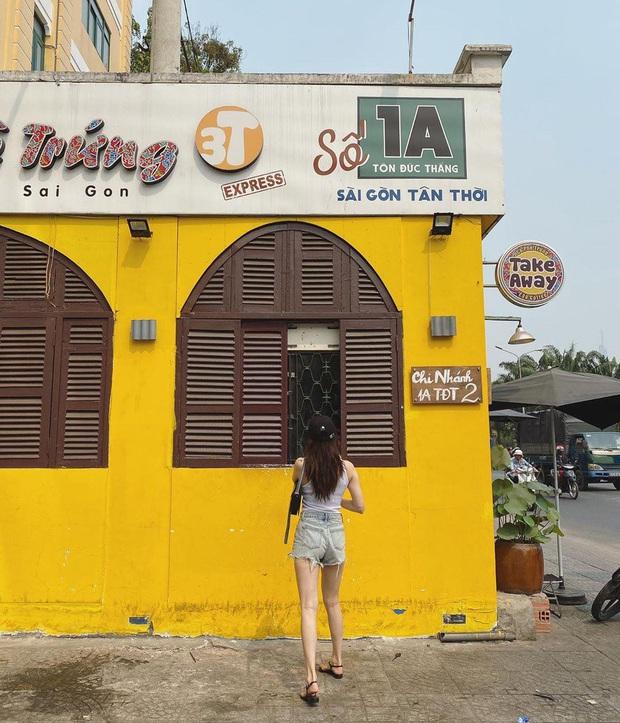 Hyuna được bắt gặp đang thả dáng và uống cà phê tại Sài Gòn, không quên chụp hình sống ảo - Ảnh 4.