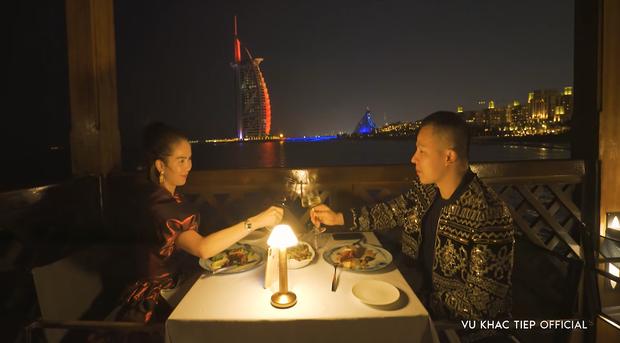 Vũ Khắc Tiệp tuyên bố cầu hôn Ngọc Trinh bằng chiếc nhẫn vàng nặng 5,17 kg ở Dubai nhưng phải kèm theo điều kiện là... đeo vừa - Ảnh 7.