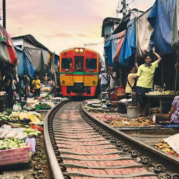 Mãn nhãn với cảnh hết bày đồ ra rồi lại dẹp vào tại chợ đường sắt độc nhất vô nhị ở Thái Lan - Ảnh 6.