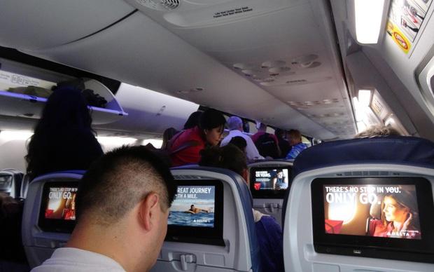 Ai ngờ những bộ phim chúng ta xem để giải trí khi đi máy bay lại được kiểm chọn cực gắt gao, còn có hẳn một đội ngũ chuyên gia duyệt - Ảnh 3.