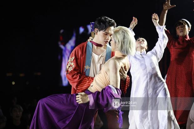 Đêm nhạc khủng Year End Party Hàn-Việt: Hyuna - Monsta X sexy bùng nổ, K-ICM và cặp Canh Ba gây sốt với sân khấu quá đỉnh - Ảnh 14.