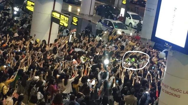 Báo chí và fan quốc tế sốc trước cảnh Sehun - Chanyeol (EXO) méo mó, bị bóp nghẹt vì biển fan đông nghẹt thở ở Nội Bài - Ảnh 4.