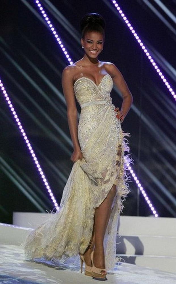 Cả chục nghìn người phát cuồng vì khoảnh khắc Hoa hậu Hoàn vũ 2011 đăng quang: Đúng là xứng danh búp bê Barbie thế giới! - Ảnh 4.
