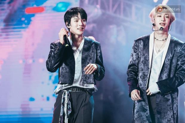 Đêm nhạc khủng Year End Party Hàn-Việt: Hyuna - Monsta X sexy bùng nổ, K-ICM và cặp Canh Ba gây sốt với sân khấu quá đỉnh - Ảnh 9.