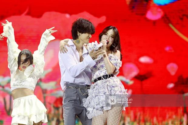 Đêm nhạc khủng Year End Party Hàn-Việt: Hyuna - Monsta X sexy bùng nổ, K-ICM và cặp Canh Ba gây sốt với sân khấu quá đỉnh - Ảnh 3.