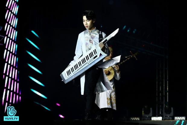 Đêm nhạc khủng Year End Party Hàn-Việt: Hyuna - Monsta X sexy bùng nổ, K-ICM và cặp Canh Ba gây sốt với sân khấu quá đỉnh - Ảnh 17.