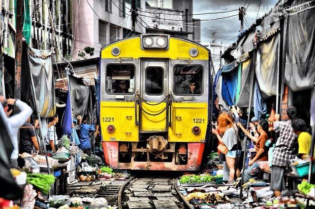 Mãn nhãn với cảnh hết bày đồ ra rồi lại dẹp vào tại chợ đường sắt độc nhất vô nhị ở Thái Lan - Ảnh 2.
