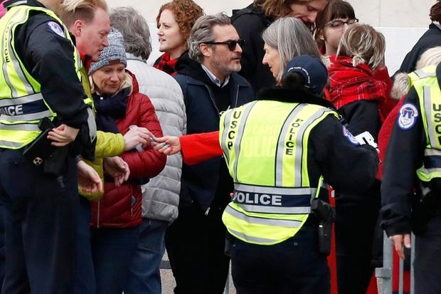 Joker Joaquin Phoenix cầm Quả Cầu Vàng chưa ấm tay đã bị cảnh sát tóm nhưng lý do mới là điều đáng chú ý - Ảnh 2.