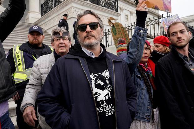 Joker Joaquin Phoenix cầm Quả Cầu Vàng chưa ấm tay đã bị cảnh sát tóm nhưng lý do mới là điều đáng chú ý - Ảnh 3.