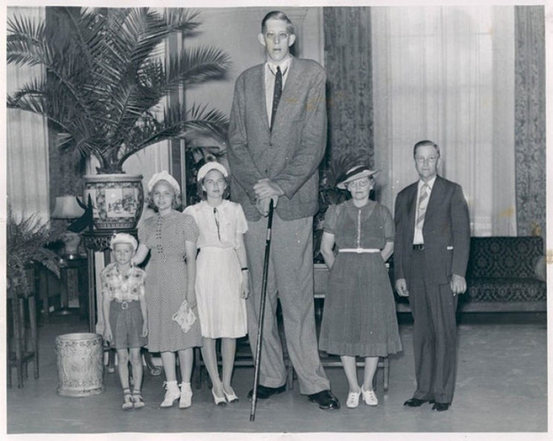 Cuộc đời kì lạ và bi thảm của người đàn ông cao nhất thế giới: Nổi tiếng khắp nơi nhưng ra đi ở tuổi 22 vì một vết nhiễm trùng nhỏ - Ảnh 13.