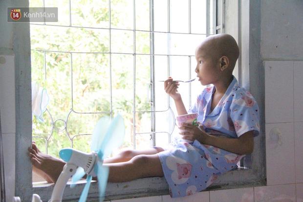 Những đứa trẻ trọc đầu, tay chằng chịt mũi kim tiêm, ngồi xe lăn trong bệnh viện Nhi đồng 2: Con muốn được về nhà ăn Tết - Ảnh 1.