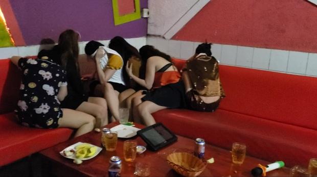 Kiểm tra quán karaoke phát hiện nữ nhân viên khoả thân phục vụ khách - Ảnh 1.