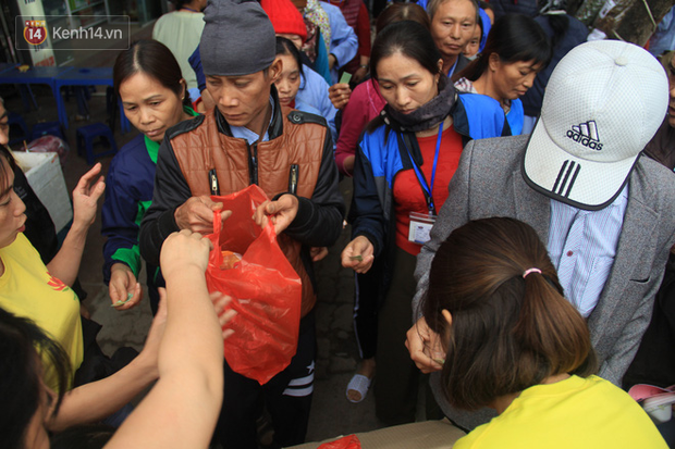 Ảnh: Bệnh nhân tại Bệnh viện K xếp hàng dài đông nghẹt nhận hàng trăm suất cơm và quà Tết - Ảnh 9.