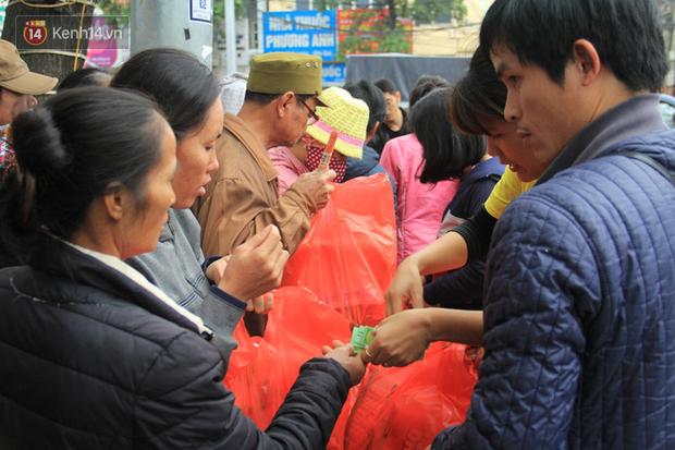 Ảnh: Bệnh nhân tại Bệnh viện K xếp hàng dài đông nghẹt nhận hàng trăm suất cơm và quà Tết - Ảnh 10.