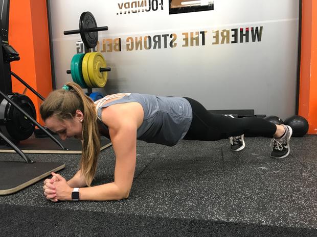 Chỉ dành ra 1 phút mỗi ngày trong 1 tháng để plank, cô gái trẻ sở hữu ngay bụng phẳng, eo thon, mặt gọn - Ảnh 2.