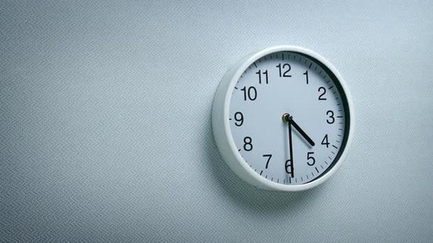 Cựu đặc nhiệm SEAL mách bạn cách bật dậy khỏi giường ngay lập tức lúc 4h30 ngay cả khi không muốn: Hãy tự đặt ra kỷ luật cho chính mình! - Ảnh 1.