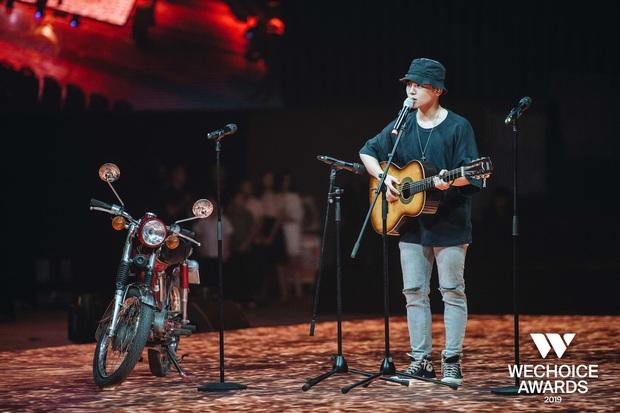 Trước giờ G WeChoice Awards 2019: Trần Phong (Mắt Biếc) bất ngờ chở Thái Ngân bon bon trên sân khấu, kịch bản sẽ là gì đây? - Ảnh 2.