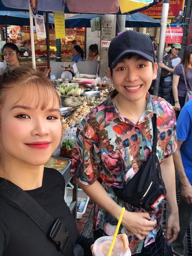 """Sang Thái Lan đúng dịp sinh nhật, Khởi My được Kelvin Khánh tặng """"bánh kem"""" là một… cục sườn to bự: Đến xỉu với độ lầy của hai vợ chồng này! - Ảnh 1."""