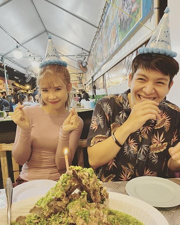 """Sang Thái Lan đúng dịp sinh nhật, Khởi My được Kelvin Khánh tặng """"bánh kem"""" là một… cục sườn to bự: Đến xỉu với độ lầy của hai vợ chồng này! - Ảnh 2."""