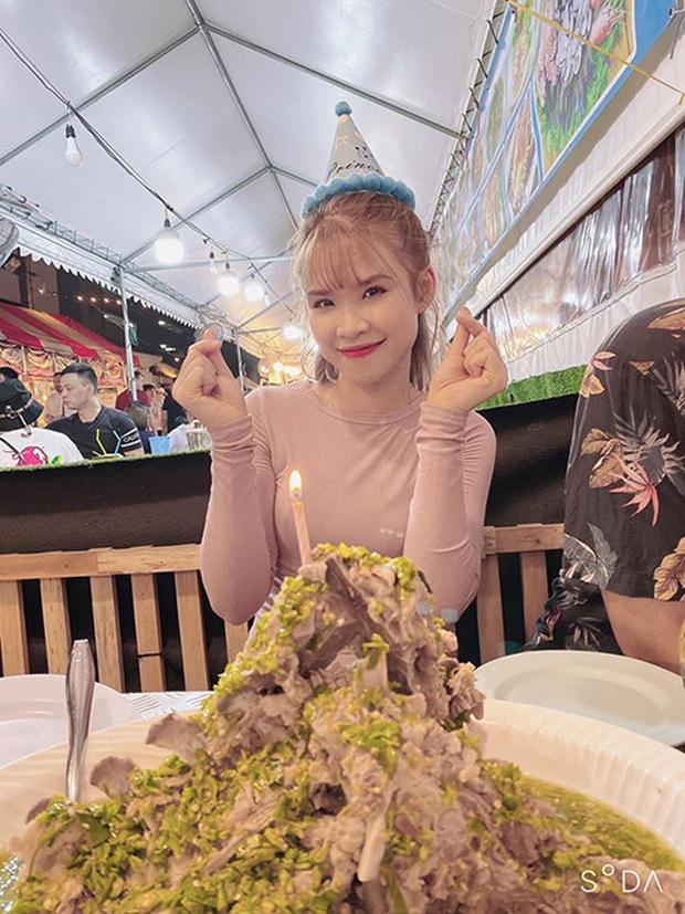 """Sang Thái Lan đúng dịp sinh nhật, Khởi My được Kelvin Khánh tặng """"bánh kem"""" là một… cục sườn to bự: Đến xỉu với độ lầy của hai vợ chồng này! - Ảnh 3."""