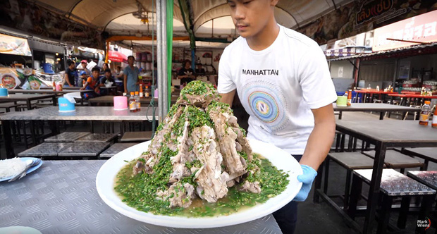 """Sang Thái Lan đúng dịp sinh nhật, Khởi My được Kelvin Khánh tặng """"bánh kem"""" là một… cục sườn to bự: Đến xỉu với độ lầy của hai vợ chồng này! - Ảnh 7."""