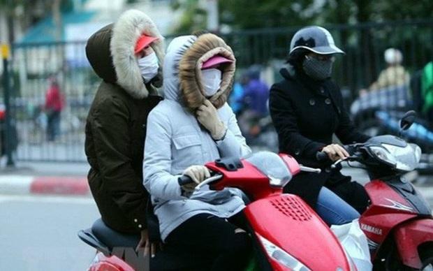 Hà Nội rét buốt 13 độ C, người dân mặc áo ấm khăn len đi sắm Tết dịp cuối năm - Ảnh 1.