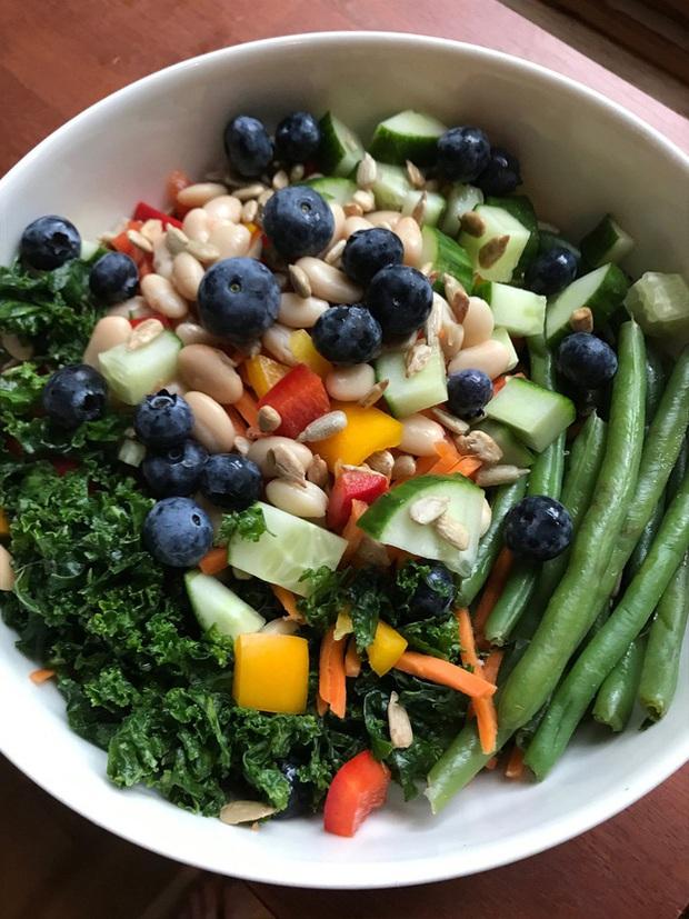 4 tips giúp bạn ăn ít đi, áp dụng từ giờ thì không lo phát tướng sau Tết, có khi còn gầy hẳn - Ảnh 2.
