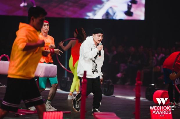 Xem trọn vẹn các màn trình diễn tại WeChoice: Những sự kết hợp không tưởng, dàn dựng sân khấu đỉnh cao tạo nên một bữa tiệc âm nhạc tràn đầy cảm hứng! - Ảnh 2.
