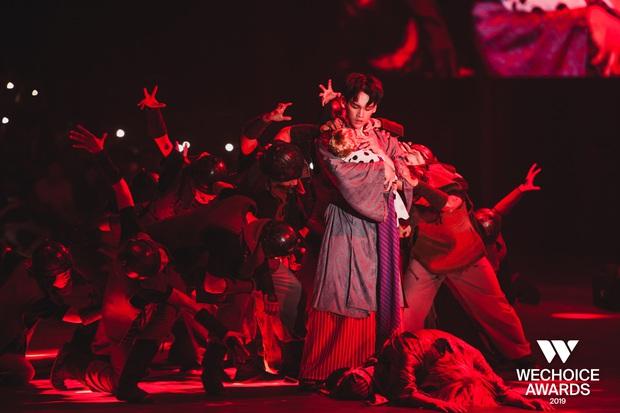 Hoàng hậu Hương Giang đẹp lộng lẫy nhưng vẫn bị thất sủng, đau đớn nhìn Hoàng thượng Nguyễn Trần Trung Quân vũ đạo hết mình cùng Denis Đặng tại sân khấu WeChoice! - Ảnh 4.