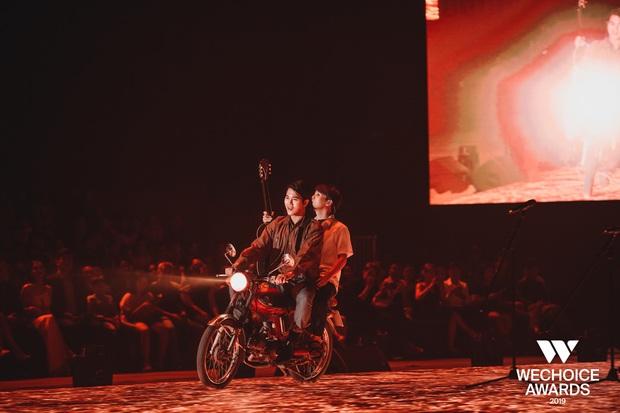 Dũng chở Ngạn phóng xe máy lên thẳng sân khấu, khán giả nổi da gà khi cả dàn cast Mắt Biếc cùng hát Có chàng trai viết lên cây tại sân khấu WCA 2019 - Ảnh 5.
