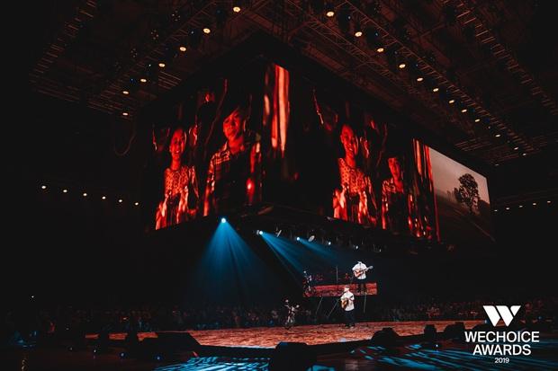 Dũng chở Ngạn phóng xe máy lên thẳng sân khấu, khán giả nổi da gà khi cả dàn cast Mắt Biếc cùng hát Có chàng trai viết lên cây tại sân khấu WCA 2019 - Ảnh 4.