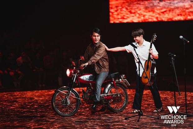 Dũng chở Ngạn phóng xe máy lên thẳng sân khấu, khán giả nổi da gà khi cả dàn cast Mắt Biếc cùng hát Có chàng trai viết lên cây tại sân khấu WCA 2019 - Ảnh 6.