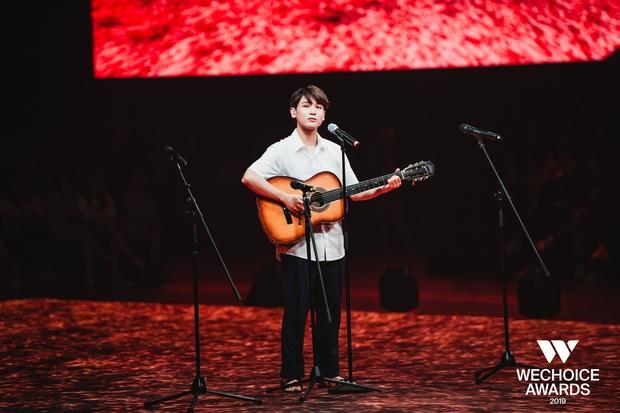 Dũng chở Ngạn phóng xe máy lên thẳng sân khấu, khán giả nổi da gà khi cả dàn cast Mắt Biếc cùng hát Có chàng trai viết lên cây tại sân khấu WCA 2019 - Ảnh 7.