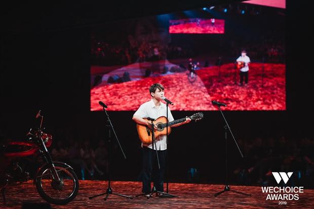Dũng chở Ngạn phóng xe máy lên thẳng sân khấu, khán giả nổi da gà khi cả dàn cast Mắt Biếc cùng hát Có chàng trai viết lên cây tại sân khấu WCA 2019 - Ảnh 8.