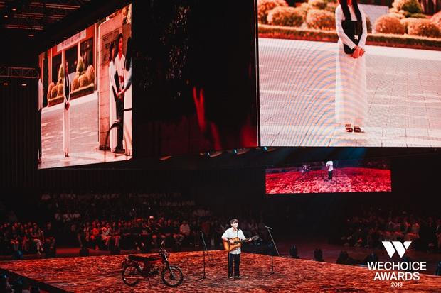 Dũng chở Ngạn phóng xe máy lên thẳng sân khấu, khán giả nổi da gà khi cả dàn cast Mắt Biếc cùng hát Có chàng trai viết lên cây tại sân khấu WCA 2019 - Ảnh 3.
