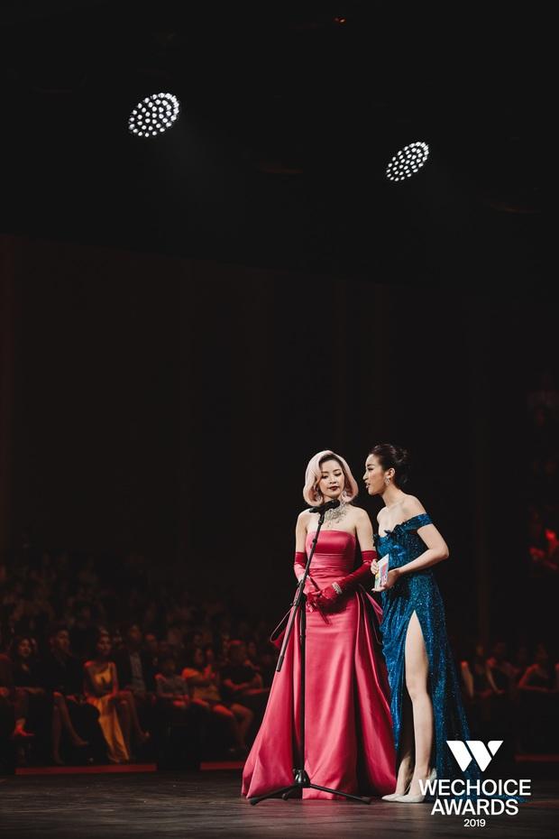 Khoảnh khắc cực phẩm tại WeChoice Awards: Chi Pu - Đỗ Mỹ Linh chung khung hình, cạnh tranh sắc vóc một chín một mười - Ảnh 1.
