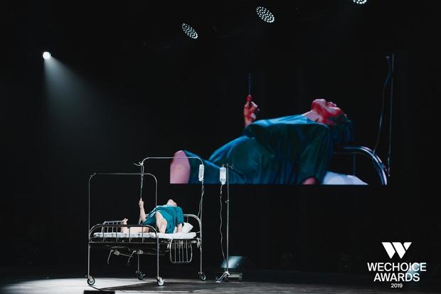 Nghẹn ngào xem Liên trên sân khấu WeChoice Awards - tiết mục múa tái hiện câu chuyện về người mẹ ung thư từ chối điều trị để con được chào đời - Ảnh 4.