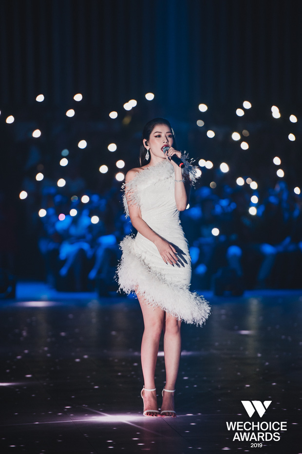 Bộ tứ Anh Linh Chi Đen hoà giọng trong ca khúc linh hồn WeChoice Awards 2019, cả khán phòng được thắp sáng ngàn sao đầy xúc động - Ảnh 4.