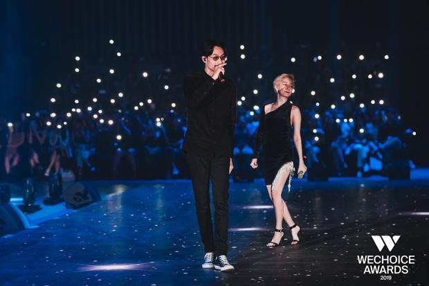 Bộ tứ Anh Linh Chi Đen hoà giọng trong ca khúc linh hồn WeChoice Awards 2019, cả khán phòng được thắp sáng ngàn sao đầy xúc động - Ảnh 6.