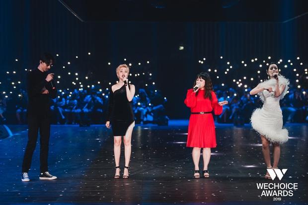 Bộ tứ Anh Linh Chi Đen hoà giọng trong ca khúc linh hồn WeChoice Awards 2019, cả khán phòng được thắp sáng ngàn sao đầy xúc động - Ảnh 2.