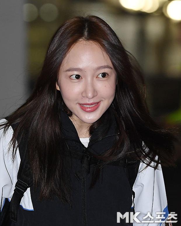 Dàn mỹ nhân Hàn đại chiến visual ở sân bay: Lisa - Rosé (BLACKPINK) xinh muốn ngất, Hani lép vế trước Hyuna và Hyomin - Ảnh 18.