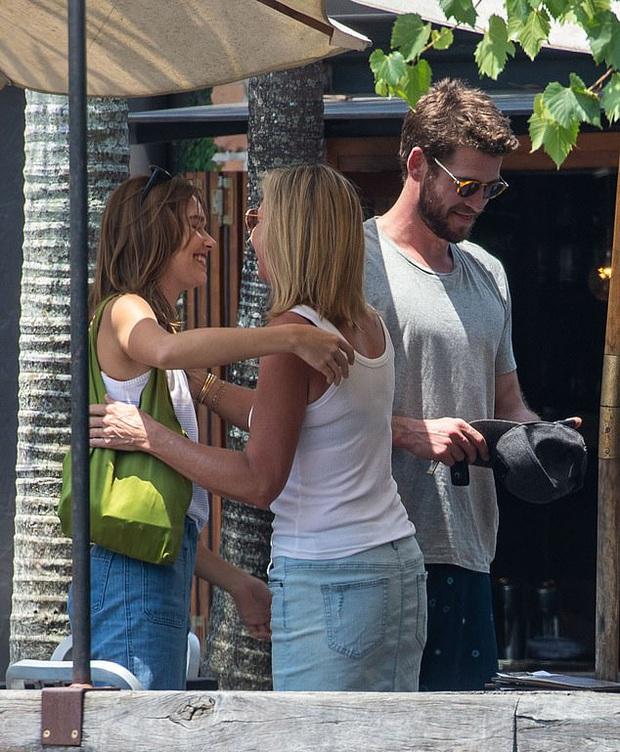 Sau 1 năm ly hôn Miley Cyrus, Liam Hemsworth cuối cùng đã xác nhận hẹn hò tình mới nóng bỏng kém 7 tuổi - Ảnh 2.
