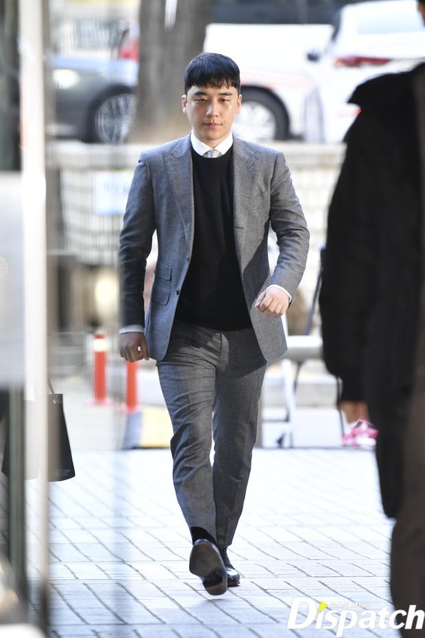 Seungri trình diện trước lệnh bắt giữ vì 7 cáo buộc hình sự, nụ cười bí hiểm khi bước ra khỏi tòa gây chú ý - Ảnh 1.