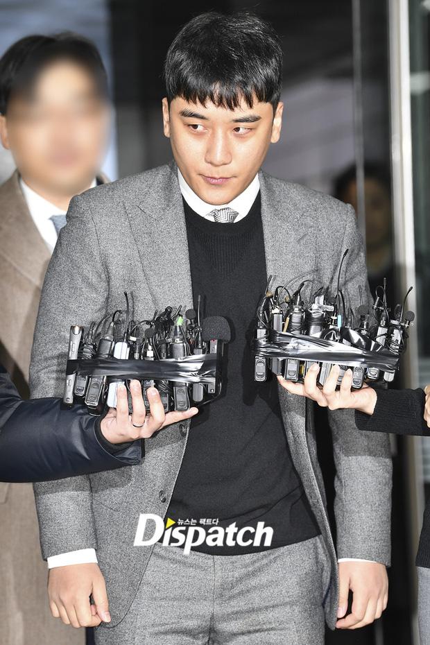 Seungri trình diện trước lệnh bắt giữ vì 7 cáo buộc hình sự, nụ cười bí hiểm khi bước ra khỏi tòa gây chú ý - Ảnh 4.