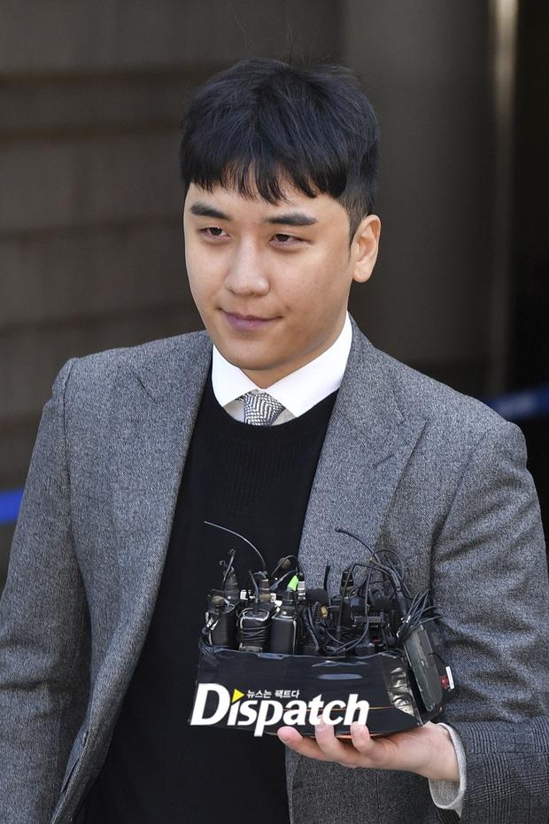 Seungri trình diện trước lệnh bắt giữ vì 7 cáo buộc hình sự, nụ cười bí hiểm khi bước ra khỏi tòa gây chú ý - Ảnh 7.
