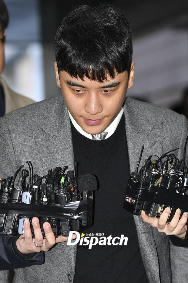 Seungri trình diện trước lệnh bắt giữ vì 7 cáo buộc hình sự, nụ cười bí hiểm khi bước ra khỏi tòa gây chú ý - Ảnh 5.