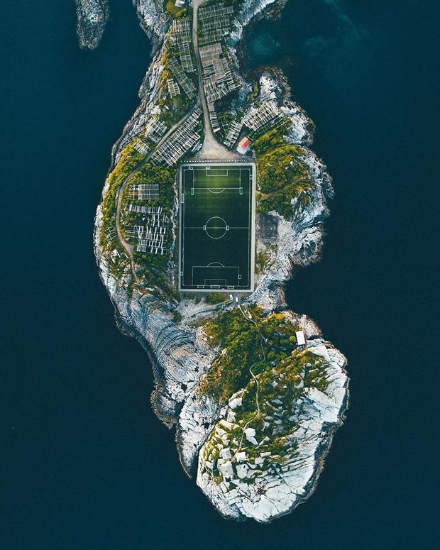 Đến Venice của phương Bắc đừng quên check in tại sân bóng độc đáo nhất châu Âu khiến cả tín đồ du lịch lẫn hội mê môn thể thao vua bấn loạn - Ảnh 1.
